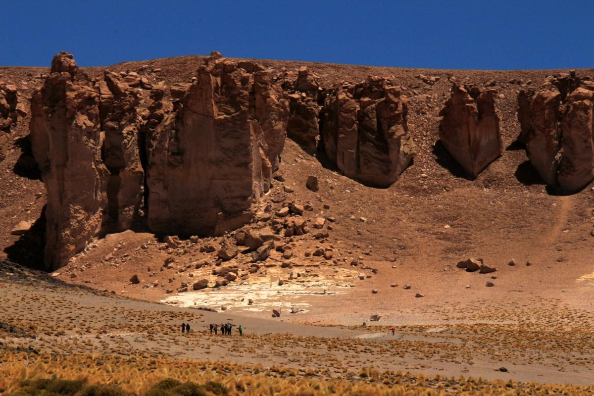 Salar de Tara dunes & rock wall