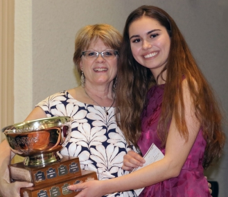 Una Lajic receives rose Bowl from judge Carolynne Davy